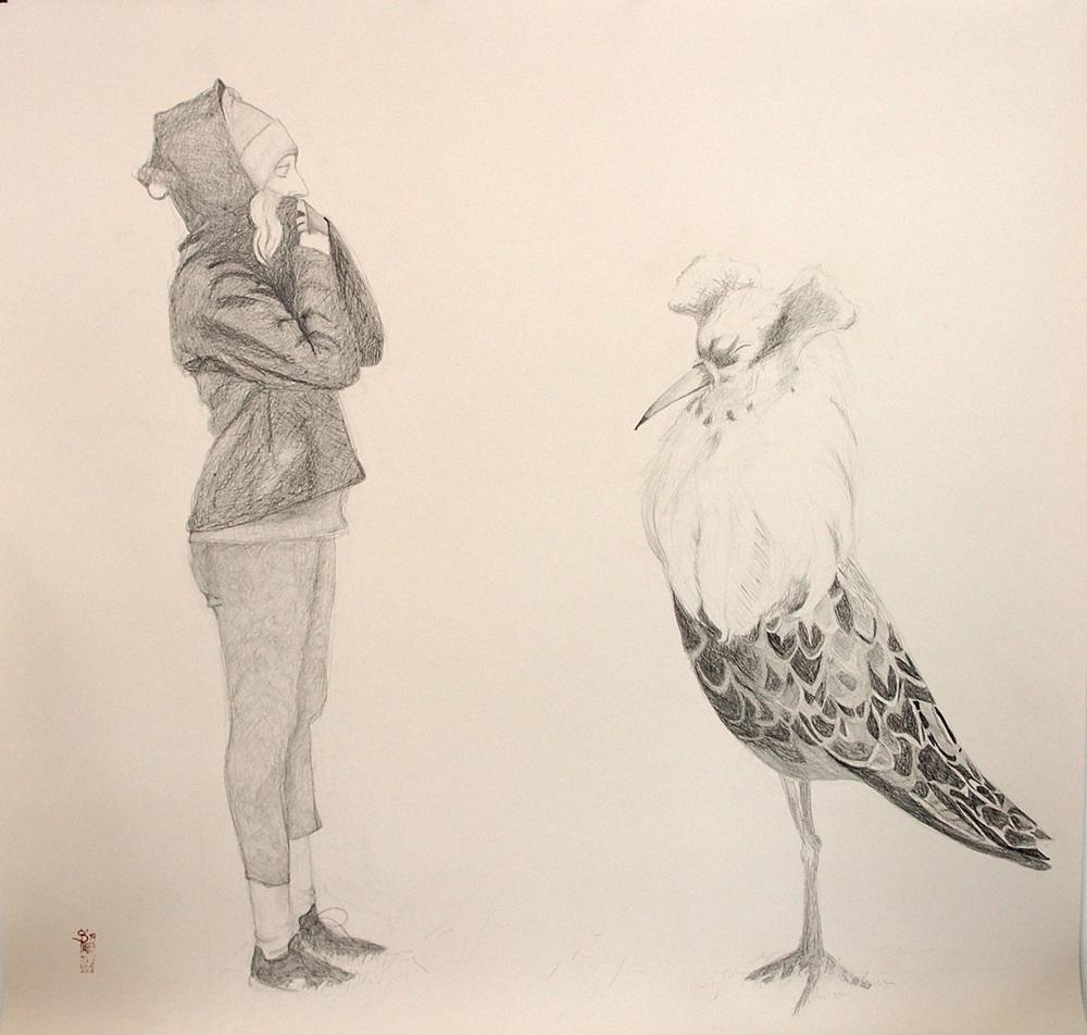 junge Frau im Sturm und großer Vogel (Kampfläufer) beide mit geschlossenen Augen