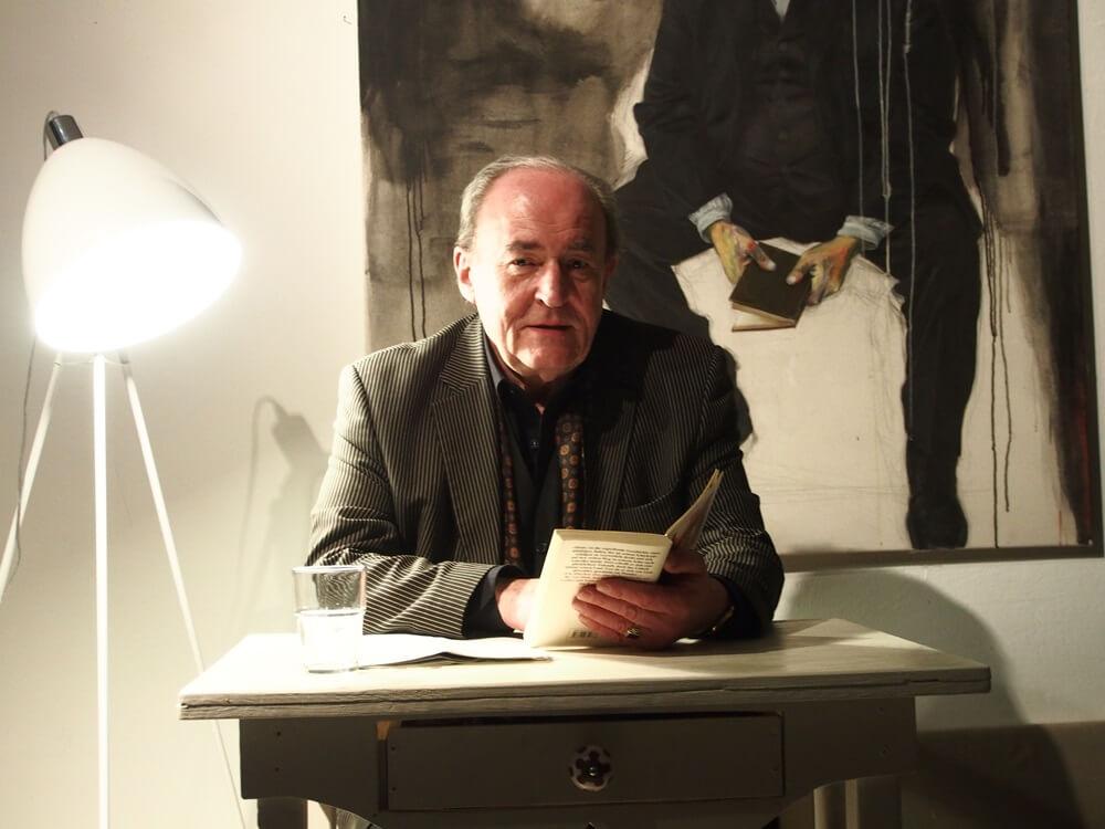 Der Schauspieler Michael Prelle liest im Atelier unter der Linde
