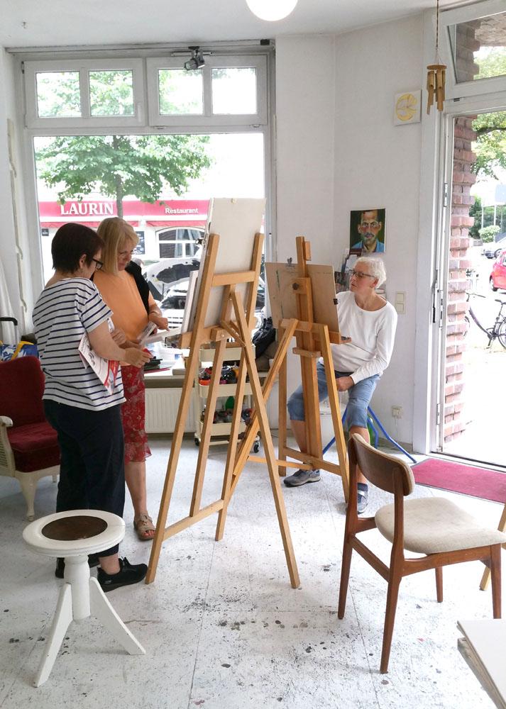 Malkursteilnehmerinnen im Atelier unter der Linde