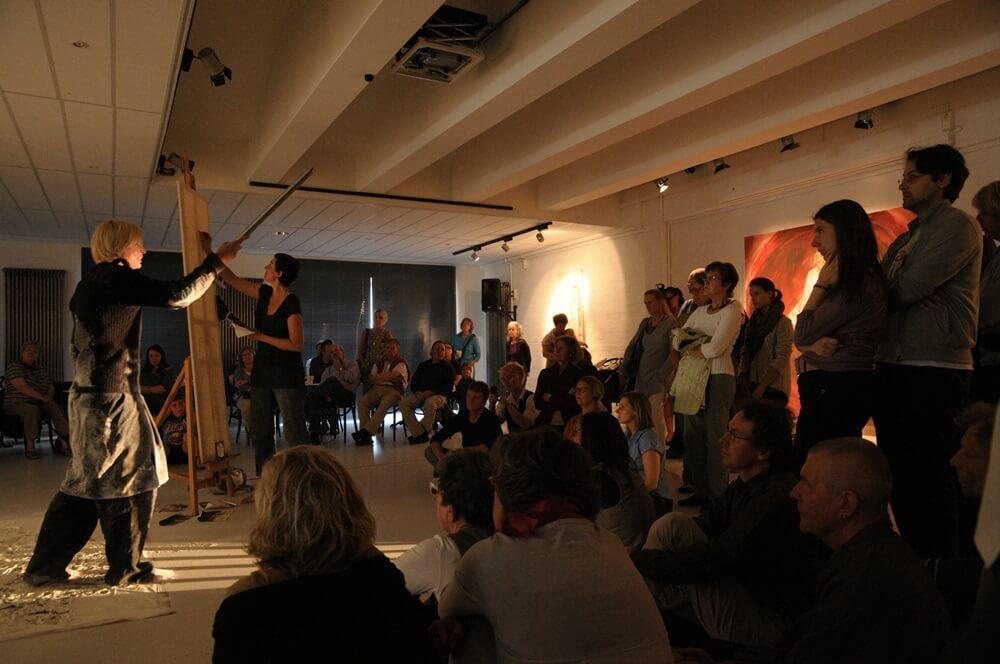 Die Schauspielerin Jana Schulz in der Rolle des [filo'tas] und die Malerin Stephanie Bahrke bei der Zeichnung mit Zuschauern