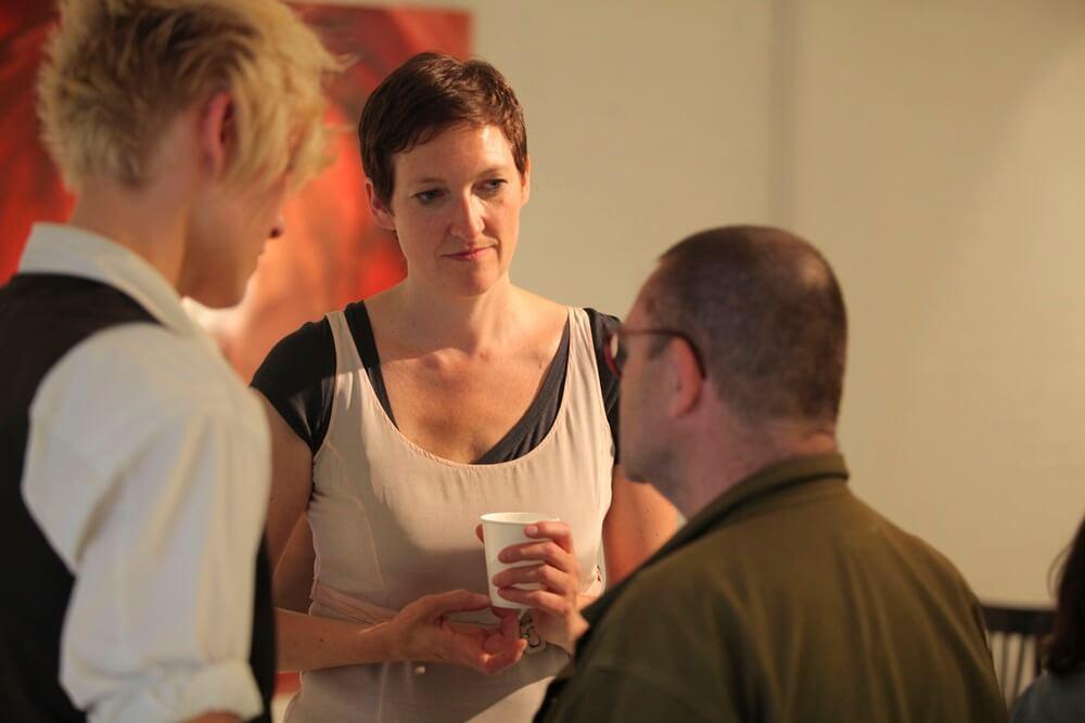 Die Künstleriin Stephanie Bahrke im Gespräch mit Ausstellungsgästen