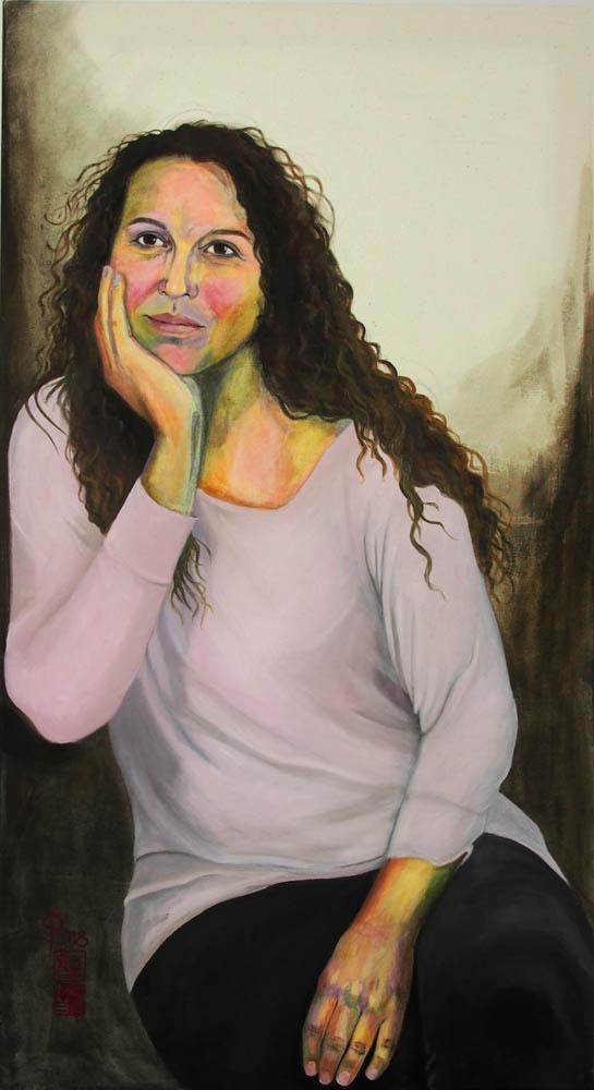 nachdenkliches Portrait einer Frau mit dunklen Locken von Stephanie Bahrke